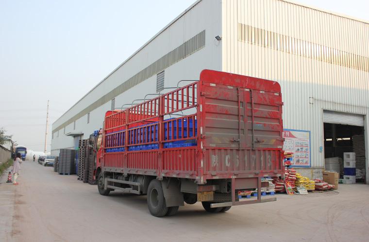 厂区中的拉货车